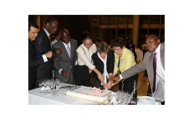 The Ambassadors of France and Germany cut the cake of the 50th anniversary of the Elysee Treaty in the presence of their African counterparts